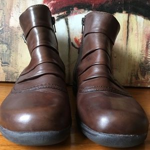 EUC CLARKS Leather Booties